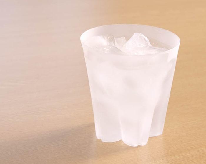 氷水の入ったサクラサクグラス