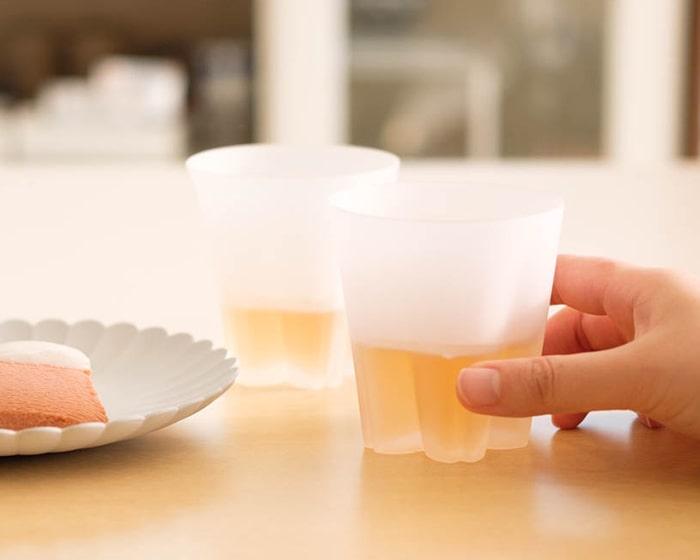 飲み物が入ったさくらさくグラスのロックグラス