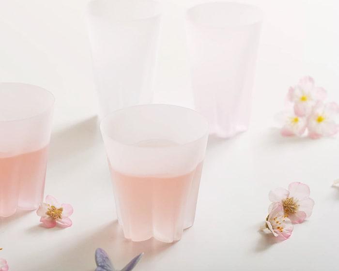 テーブルに並んだサクラサクグラスと桜の花