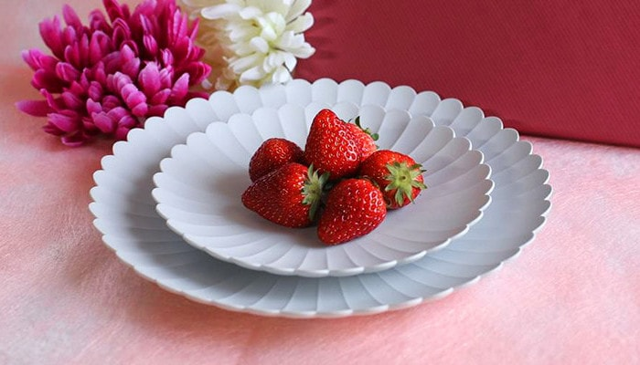 TYパレスプレートの大小を重ねた上にイチゴが盛りつけられている