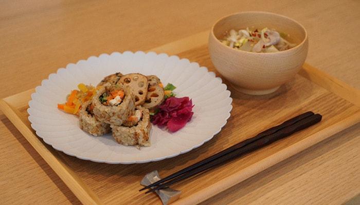 パレスプレートとめいぼく椀を使用した食事の様子