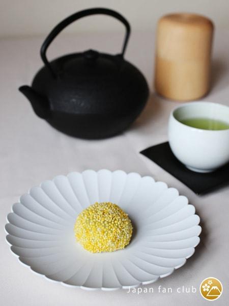 和菓子が乗ったTYPalace Plate。奥にはお茶の入った湯呑みや急須などが置かれている