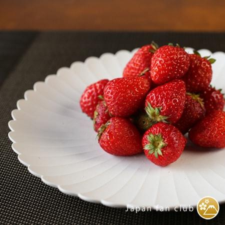 1616/arita japanの花瓶やプレートTYパレスプレートにイチゴが盛りつけてある