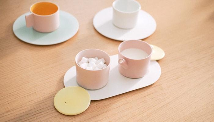 角砂糖、ミルクが入っているシュガー&ミルクポットとカップ&ソーサー