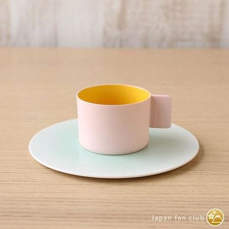 ピンクとブルーの美しい配色のカップとソーサー
