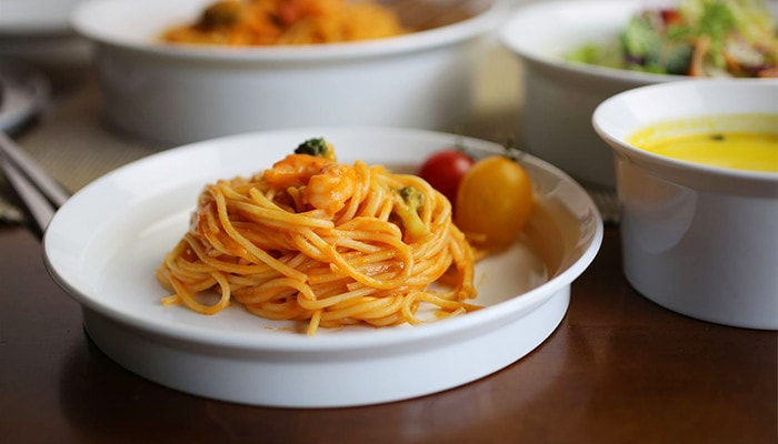 round plate with spaghetti