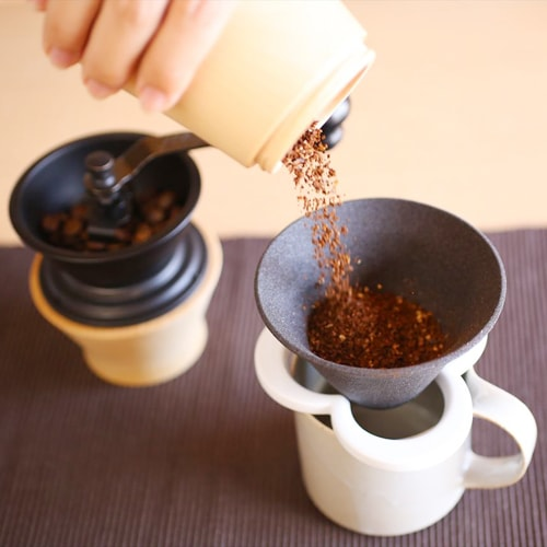 put middle-grind coffee powder into the pour over cone