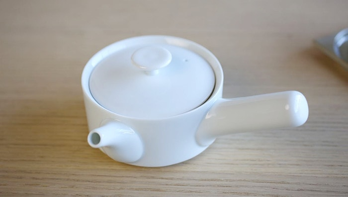 Big rounded knob of lid for white kyusu teapot