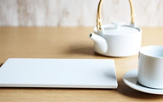 Clean atmosphere! White teapot and serving platters of SUI series