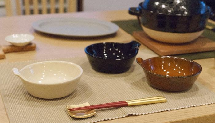 3色の4TH-MARKETのアグラとんすいがと箸やお皿などが食卓に並んでいる