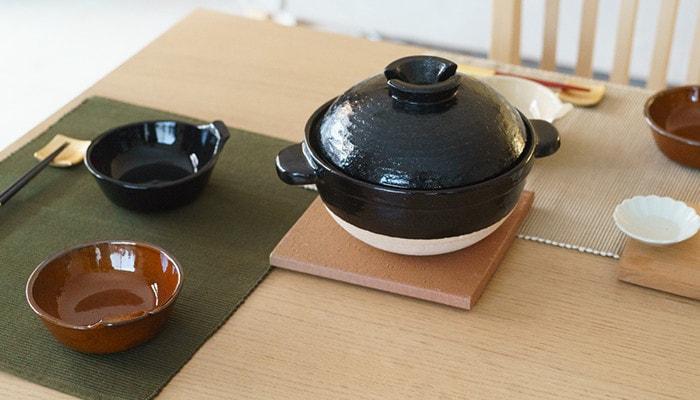 テーブルに土鍋や4TH-MARKETのアグラとんすいが並んでいる