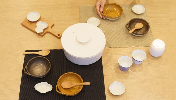 テーブルにとんすいやそば猪口、豆皿など鍋のセットが並んでいる