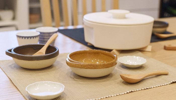 4TH-MARKETとんすいや鍋などがテーブルに並んでいる