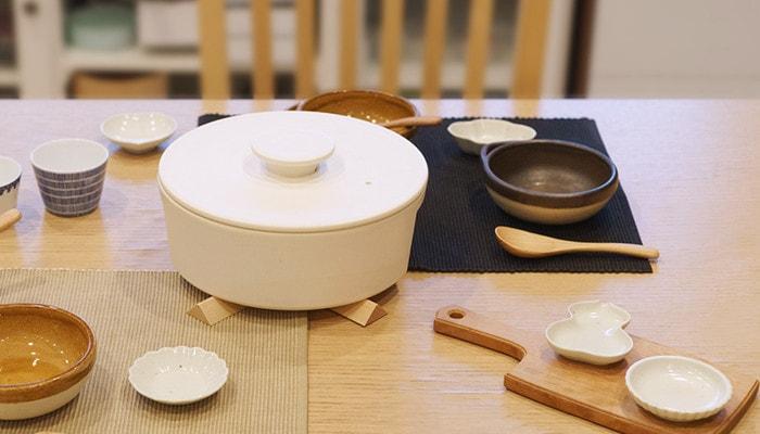 とんすいや鍋などの鍋パーティーのアイテムがテーブルに並んでいる