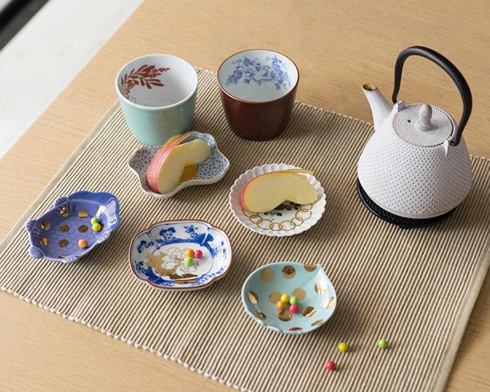テーブルにamabroの豆皿やそば猪口、Rojiのティーポットが並んでいる