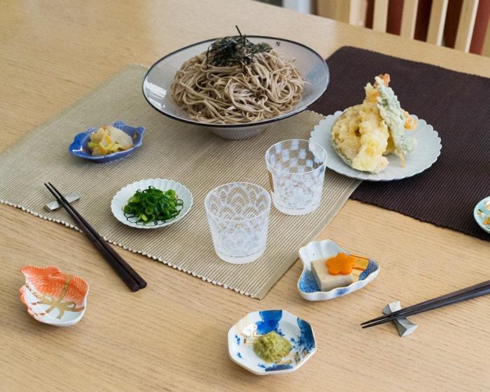 frescoのkasumiやパレスプレート、amabroの豆皿を使用した食卓の様子