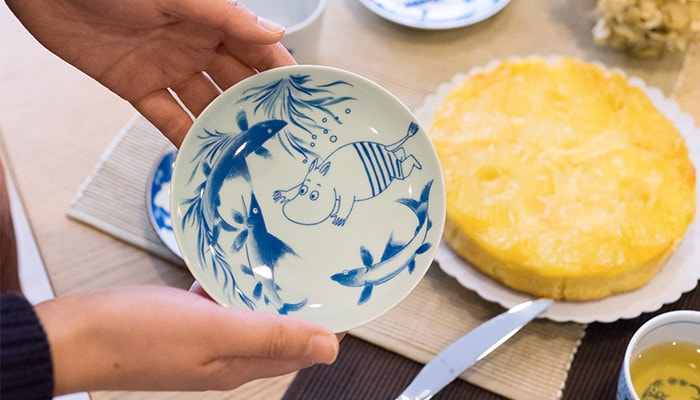 "A woman has ""Swimming"" plate of Moomin Arita ware"