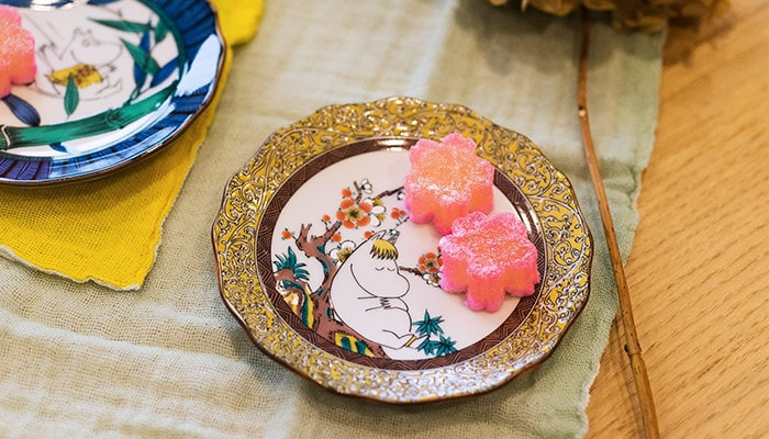 Japanese confectionery on Snorkmaiden plate of Kutani
