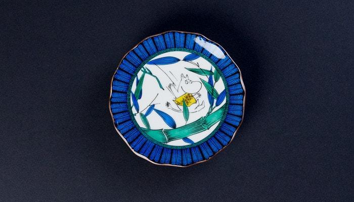 ムーミントロールが描かれたJAPAN KUTANI GOSAIのお皿