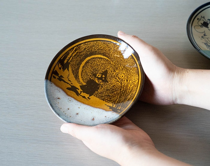 "A woman has Mashiko pottery plate ""Ame"""