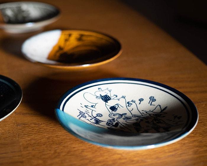 テーブルに並んだムーミンの益子焼の食器