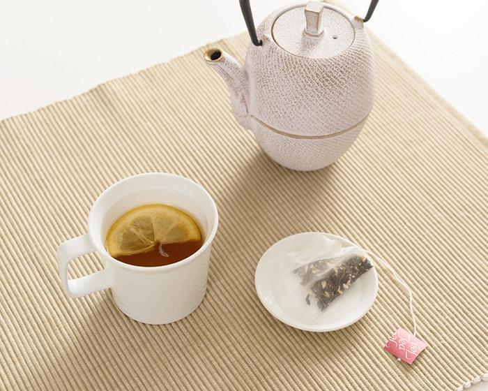 うれしの紅茶のティーパックがお皿に乗っている