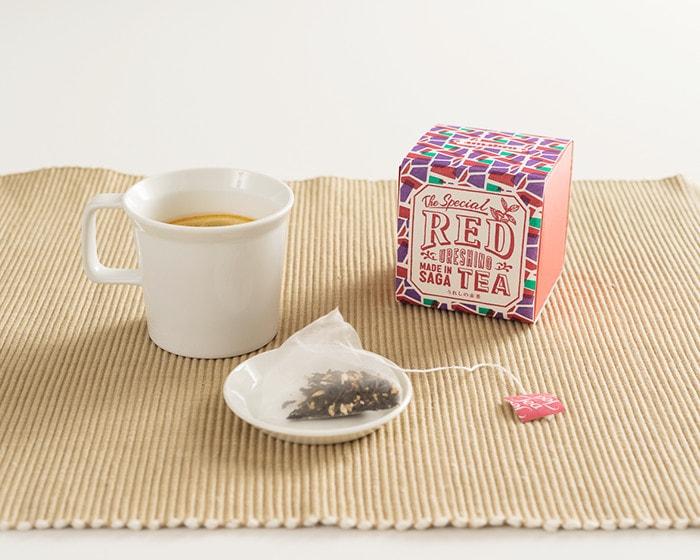 うれしの紅茶REDのボックスとお皿に乗ったティーパック