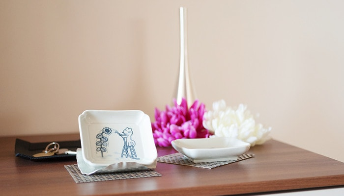小物やインテリアを一緒に11ぴきのねこの豆皿を飾っている例