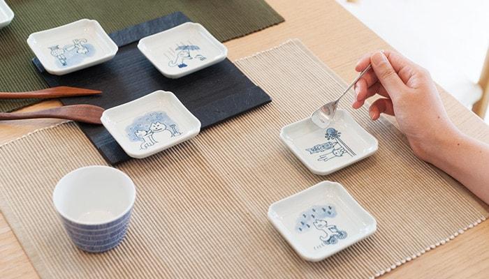 11ぴきのねこの豆皿やそばちょこがテーブルにセッティングされている