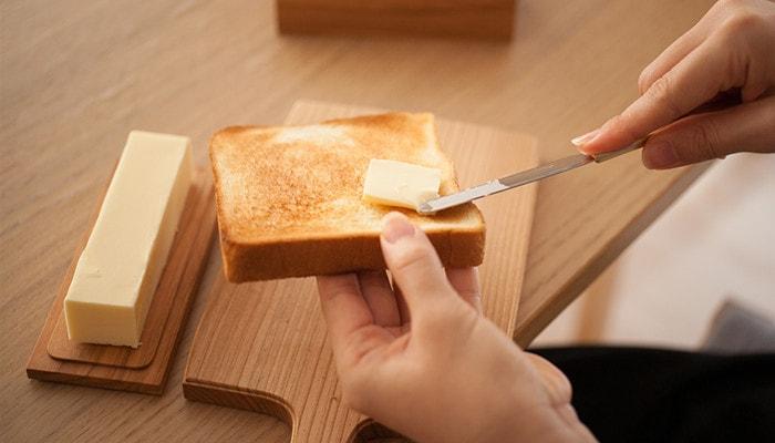 パンにバターを塗っている様子
