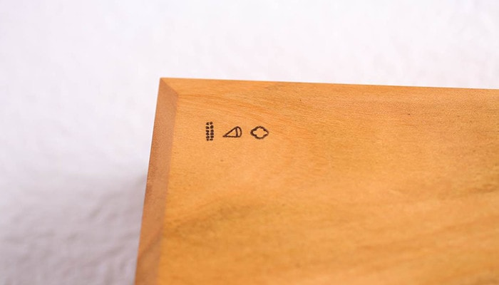 バターケースの底板に描かれた東屋のロゴ