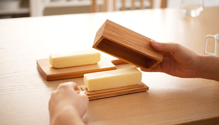 200半切りサイズのバターケースの蓋を閉めようとしているところ