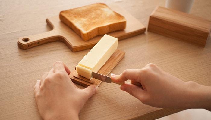 バターケースの底板の上でバターを切っている様子