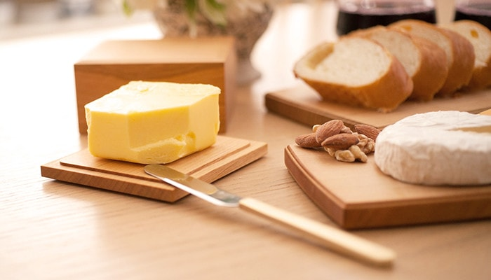 バターケースなどがテーブルに並んでいる様子の一角