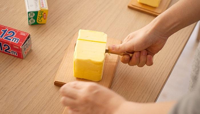 チーズボードの上でバターを切っている様子