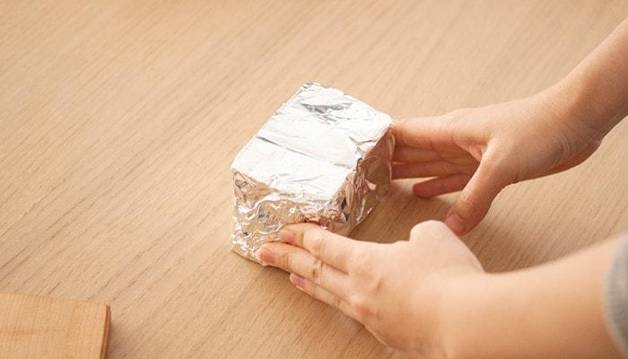 ラップで包んだバターをまとめてアルミ箔で包んだ後の様子