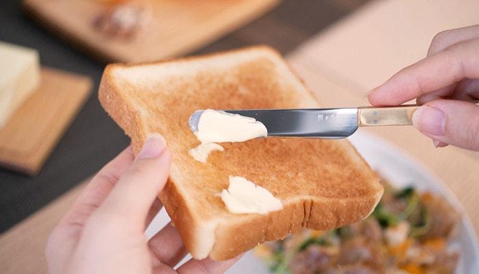 パンにバターを塗っている様子のアップ