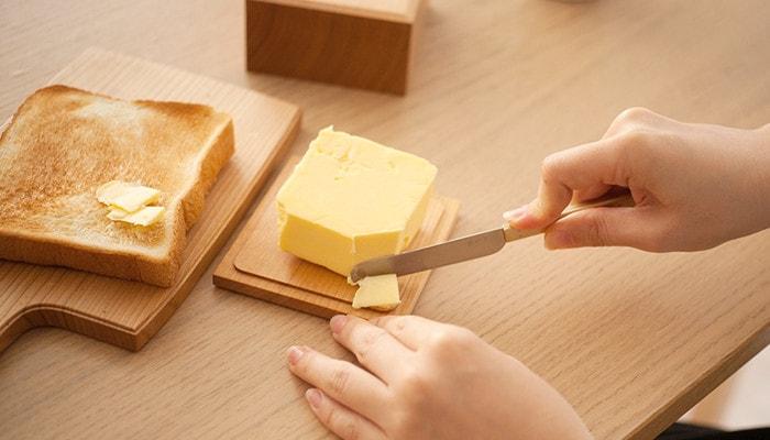 バターケースの底板に乗ったバターを切っている様子
