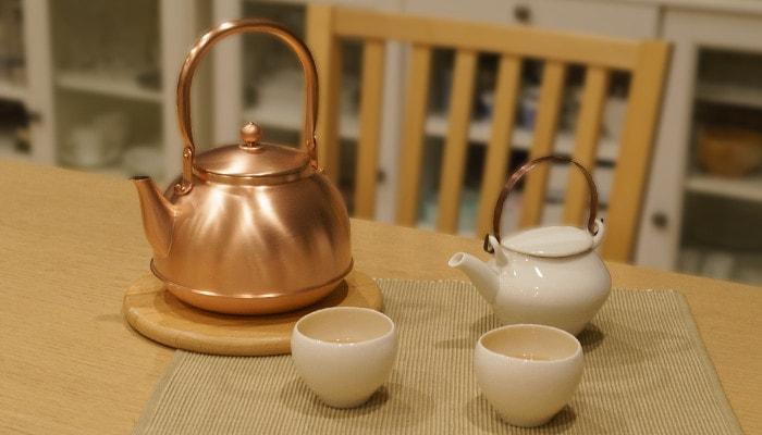 テーブルに並んだ銅之薬缶(どうのやかん)とセラミックジャパンの急須・湯吞み