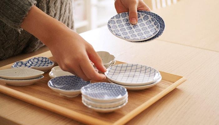 東屋の小皿や豆皿を並べている様子