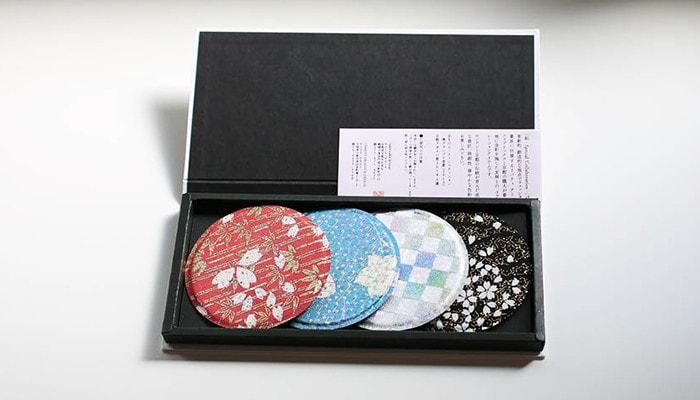 専用の箱にセメントプロデュースデザインのコースターが4枚と説明書が入っている
