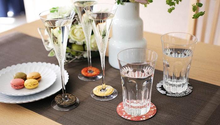 グラスマーカーとコースターを使用したテーブルコーディネイトの例