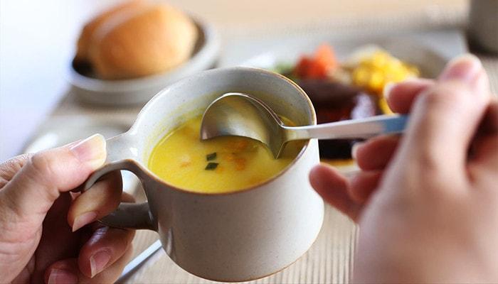 モデラートのカップにスープを入れて