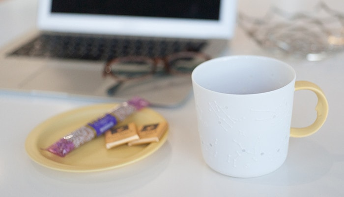 Have a tea break with yellow constellation mug