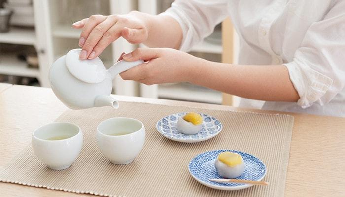 女性が蒼爽シリーズの急須でお茶を入れている様子