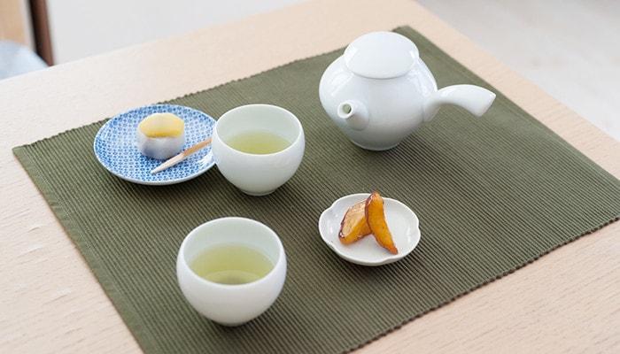 お茶の入った蒼爽シリーズの湯のみや急須、和菓子の乗った小皿などがテーブルに並んでいる