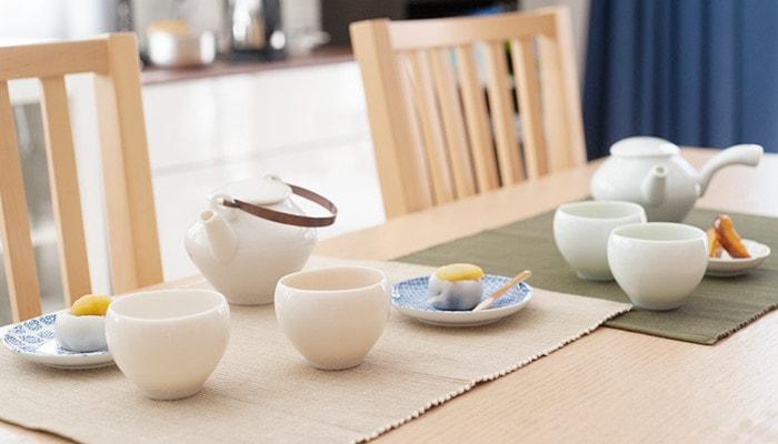 テーブルに蒼爽シリーズの急須や湯呑み、和菓子の乗った小皿などが並んでいる