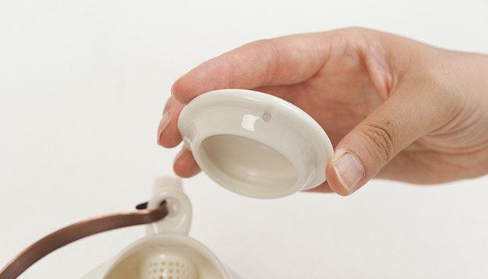 セラミックジャパンの土瓶の蓋にある空気穴のアップ