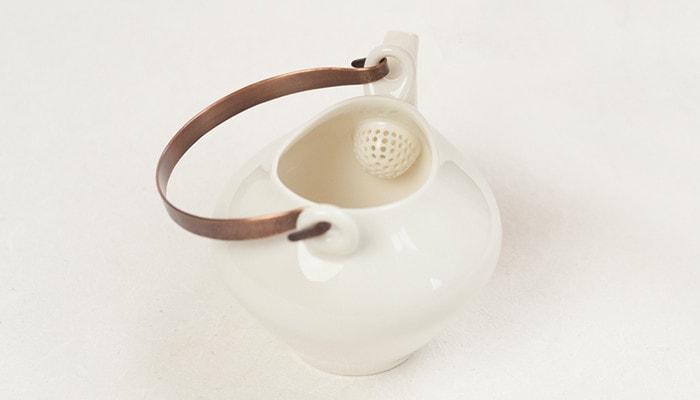 セラミックジャパン蒼爽シリーズの土瓶の中の茶こしのアップ
