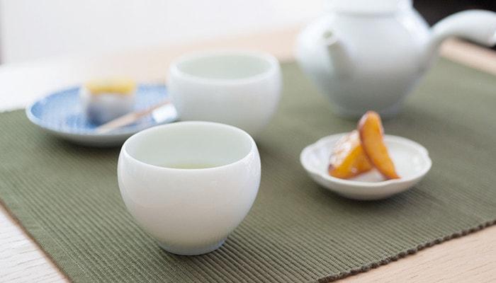 セラミックジャパンの蒼爽シリーズ湯呑みのアップ。周りには急須や小皿が並んでいる